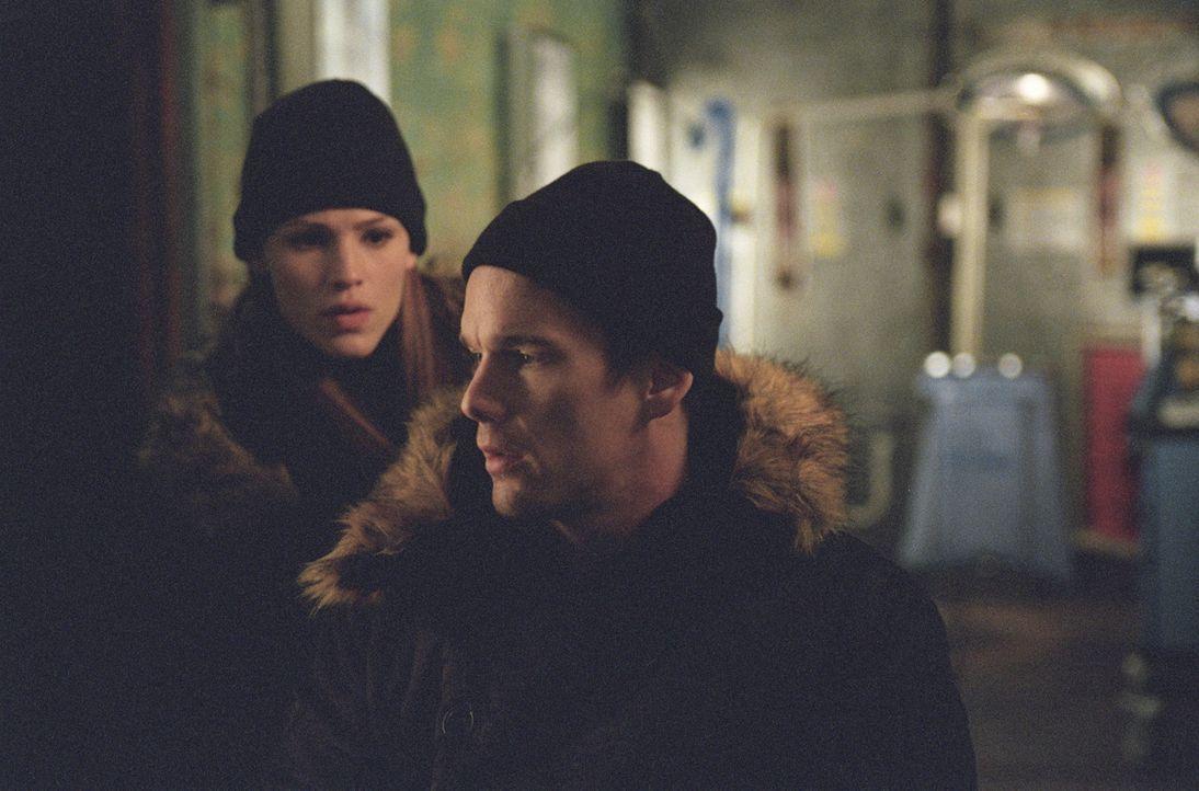 Sydney (Jennifer Garner, l.) und Vaughn erhalten den Auftrag, Informationen über Projekt Helix zu sammeln und Lennox (Ethan Hawke, r.) zurückzubri... - Bildquelle: Touchstone Television