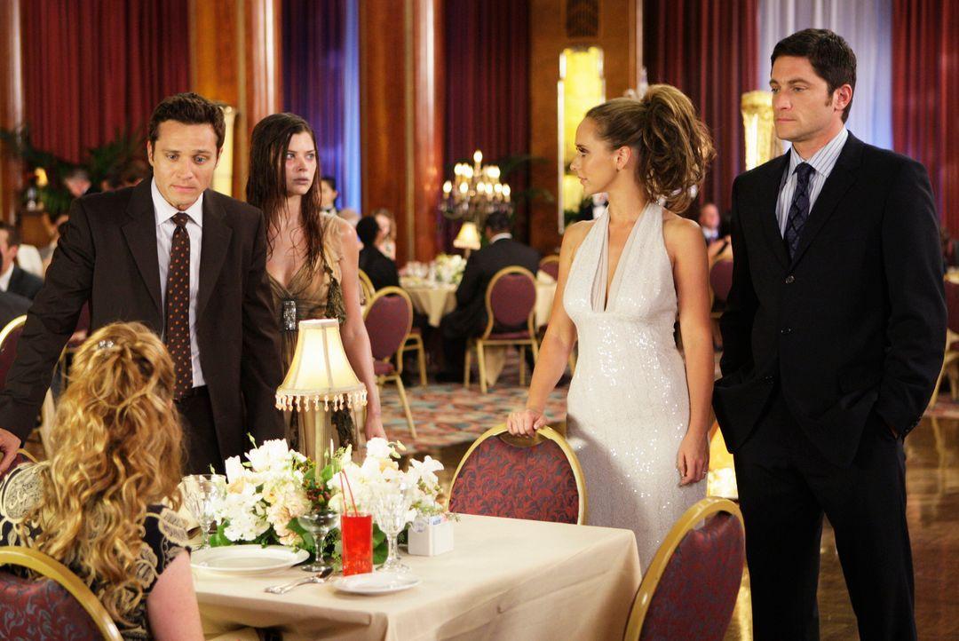 Der Geist von Lorelei (Peyton List, M.) bedrängt Rich (Seamus Dever, 2.v.l.) und Julia (Hillary Tuck, l.) auf dem Kreuzfahrtschiff mit dem auch Meli... - Bildquelle: ABC Studios