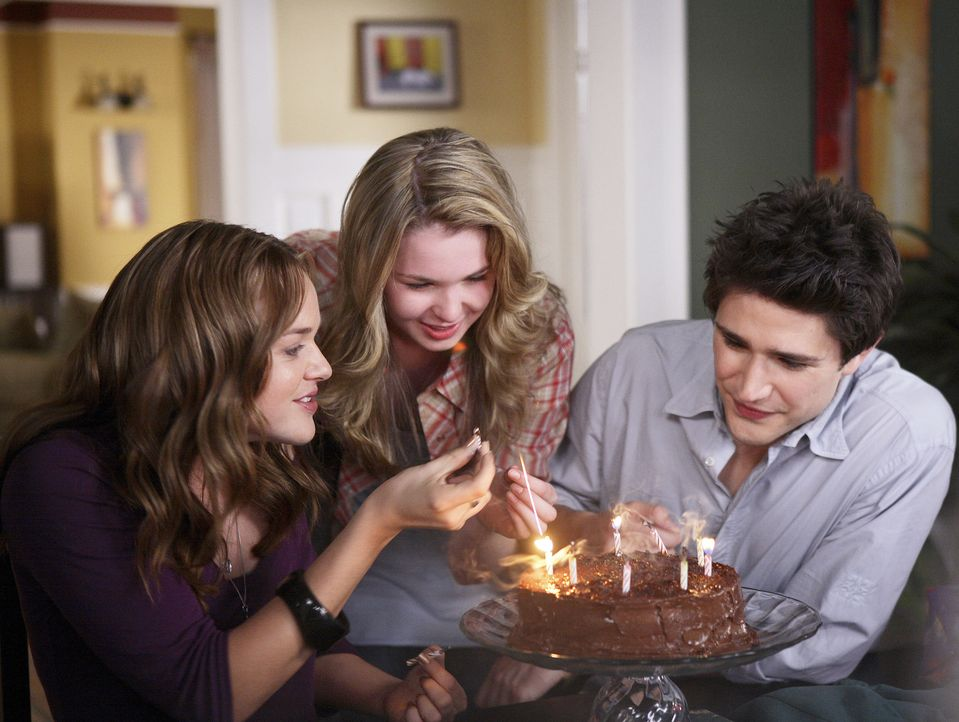 Obwohl Lori (April Matson, l.) diesmal gar keine Lust hat, ihren Geburtstag zu feiern, freut sie sich dennoch über die Überraschung von Amanda (Ki... - Bildquelle: TOUCHSTONE TELEVISION