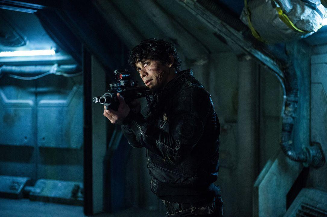 Gelingt es Bellamy (Bob Morley), Clarke und seine Freunde vor einem alten Feind zu beschützen? - Bildquelle: 2014 Warner Brothers