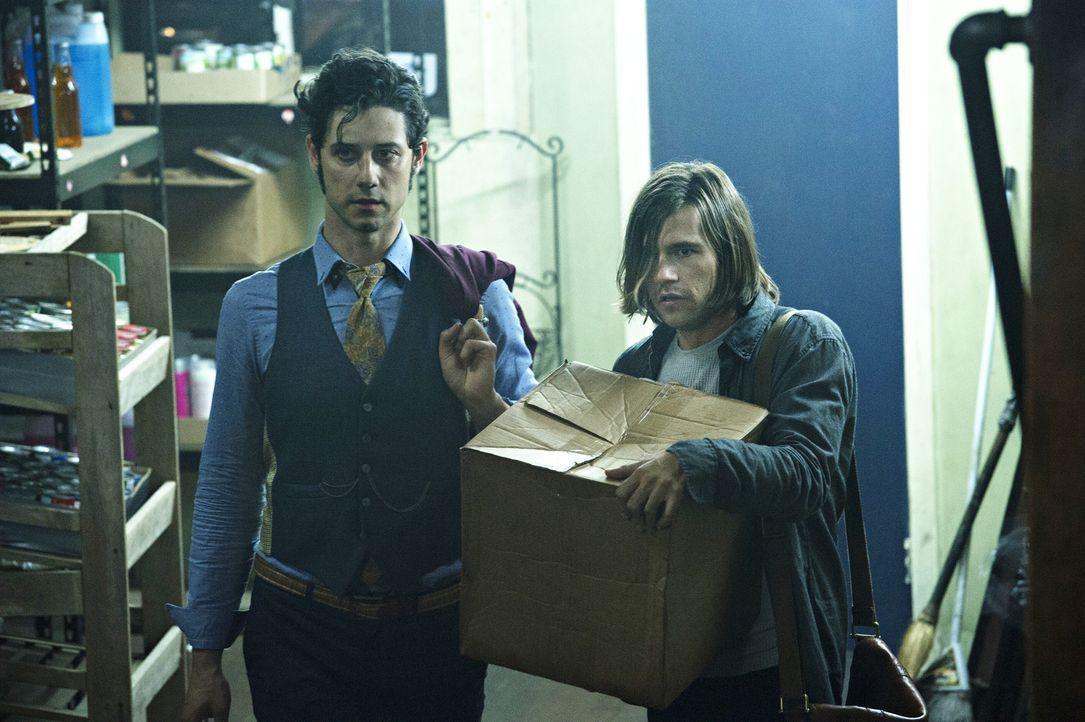 Während Eliot (Hale Appleman, l.) und Quentin (Jason Ralph, r.) sich auf die Suche nach einem verschwundenen Buch machen, muss Alice sich entscheide... - Bildquelle: 2015 Syfy Media Productions LLC. ALL RIGHTS RESERVED.
