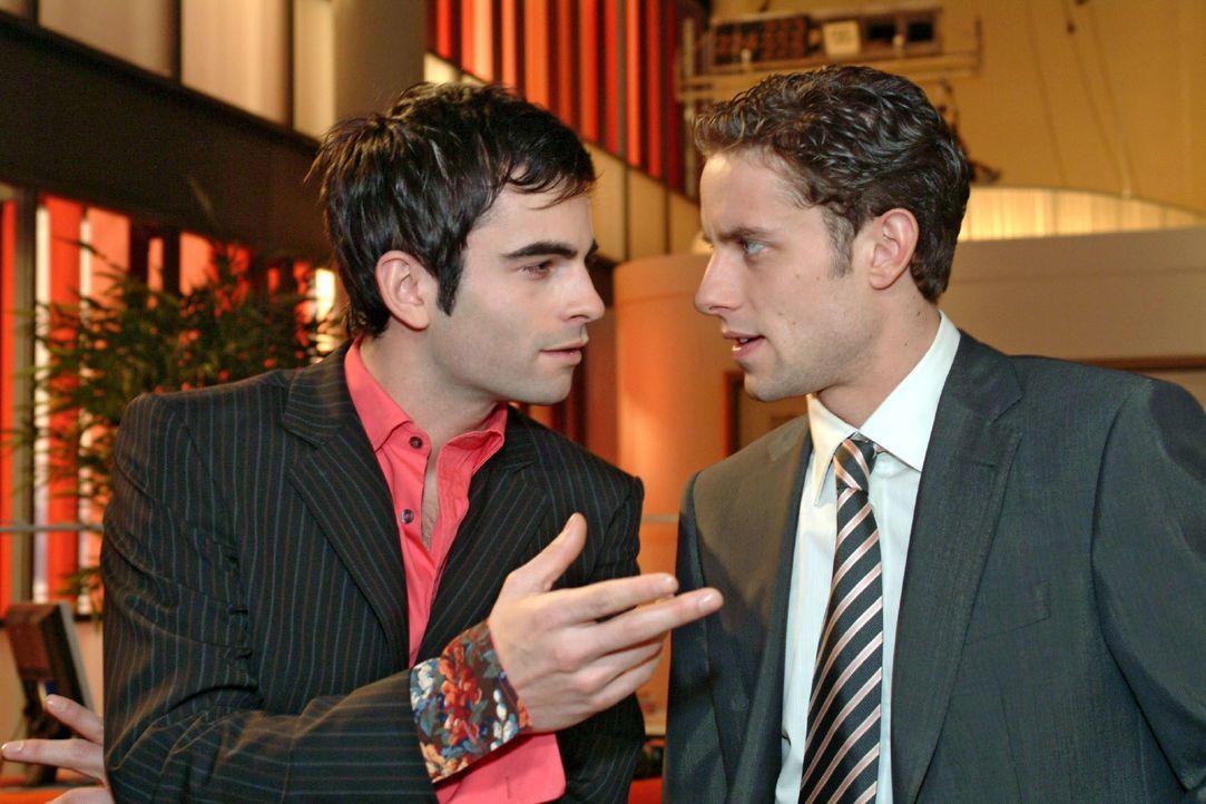 David (Mathis Künzler, l.) und Max (Alexander Sternberg, r.) unterhalten sich ungestört über Geschäftspläne ... - Bildquelle: Monika Schürle SAT.1 / Monika Schürle