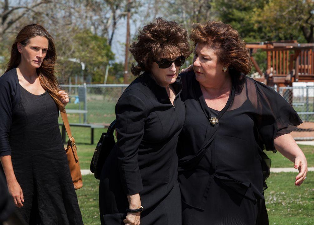 Nach dem Tod von Beverly kommt die ganze Familie zwangsweise zusammen und Barb (Julia Roberts, l.), Violet (Meryl Streep, M.) und Mattie Fae (Margo... - Bildquelle: Claire Folger TOBIS FILM