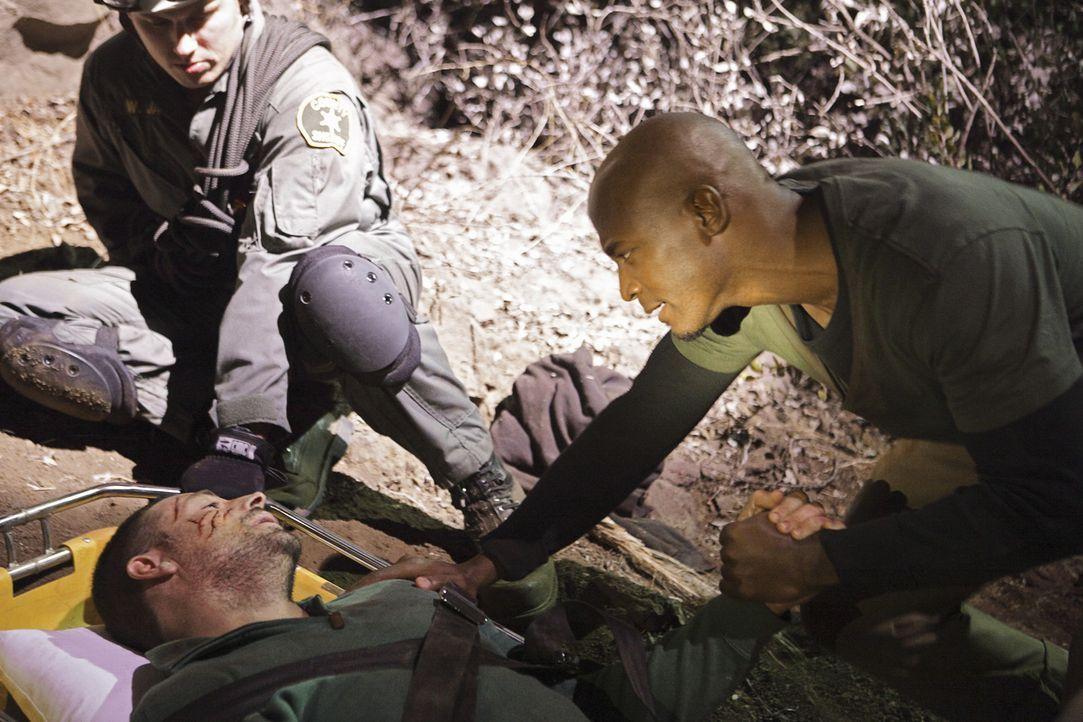 Ein Wettlauf mit der Zeit beginnt, um Jake (Brennan Elliott, M.) und Kara das Leben zu retten. Sam (Taye Diggs, r.) und Addison geben ihr bestmöglic... - Bildquelle: ABC Studios