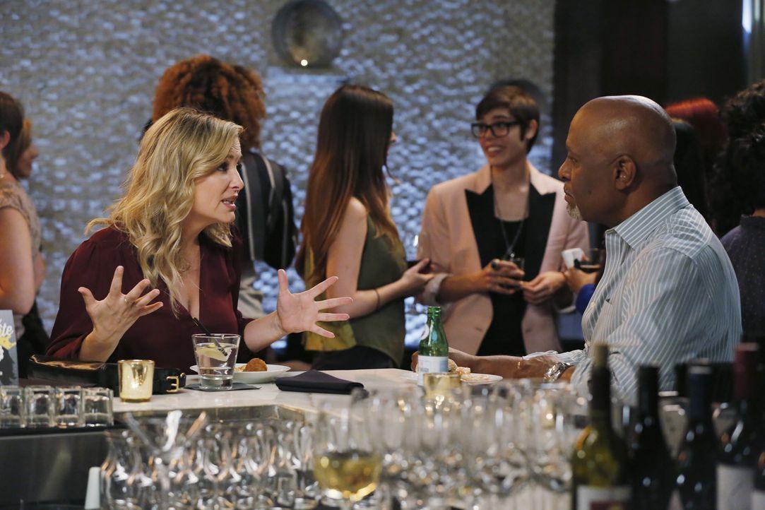 Bailey verlangt, dass Ben ihren Mitbewohner vor die Tür setzt, während Arizona (Jessica Capshaw, l.) sich auf ein Date einlassen möchte, doch dabei... - Bildquelle: Vivian Zink ABC Studios