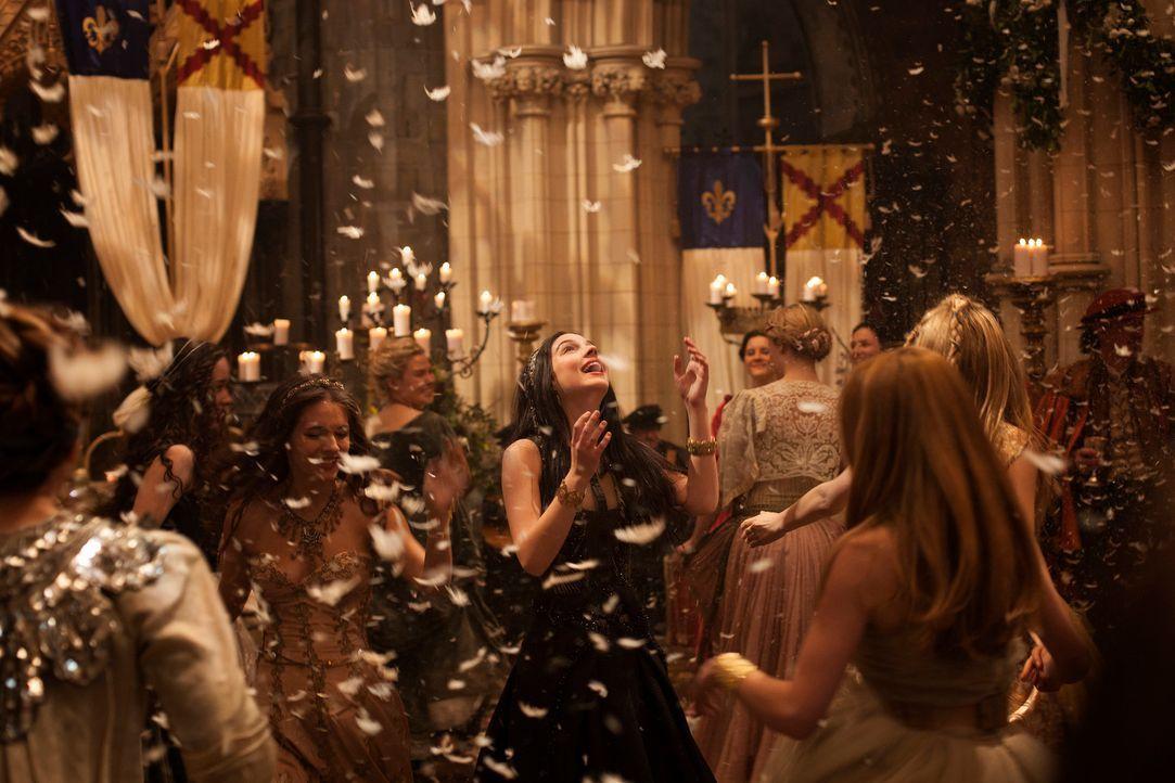 Zum ersten Mal, seit sie am französischen Hof angekommen ist, ist Mary (Adelaide Kane, M.) ausgelassen und feiert fröhlich im Kreise ihrer Freundinn... - Bildquelle: 2013 The CW Network, LLC. All rights reserved.