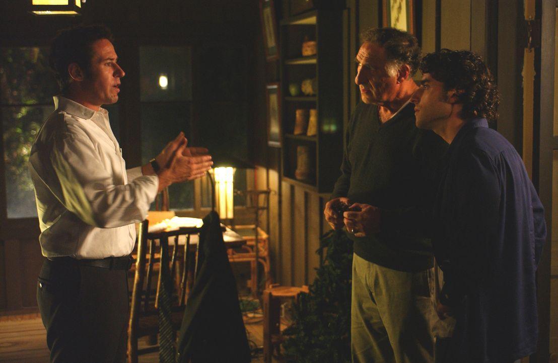 Nachdem Don (Rob Morrow, l.) der Fall entzogen wurde, recherchiert er gemeinsam mit seinem Vater Alan (Judd Hirsch, M.) und seinem Bruder Charlie (D... - Bildquelle: Paramount Network Television