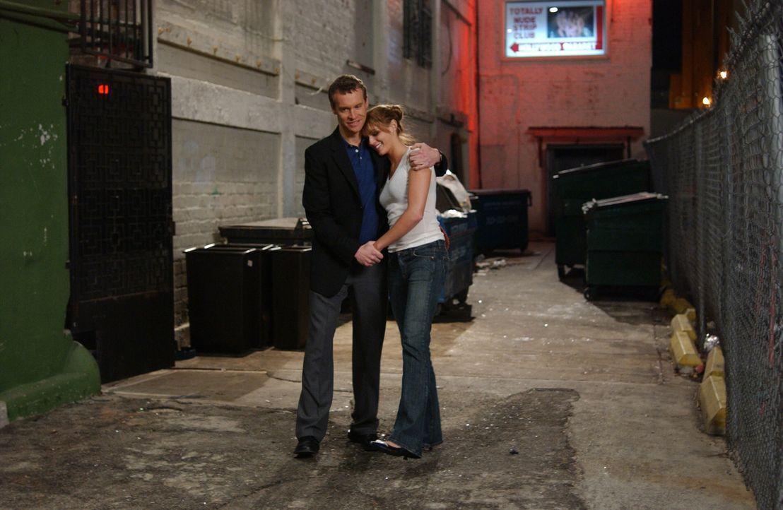 Nachdem Jimmy (Tate Donovan) erfahren hat, dass Hailey (Amanda Righetti, r.) als Stripperin in Hollywood arbeitet, macht er sich sofort auf den Weg,... - Bildquelle: Warner Bros. Television