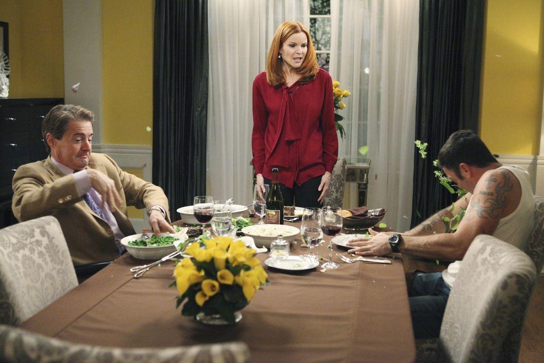 Während Orson (Kyle MacLachlan, l.) wieder auf der Bildfläche erscheint, was für Probleme zwischen Bree (Marcia Cross, M.) und Keith (Brian Austin G... - Bildquelle: ABC Studios