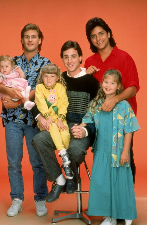 (1. Staffel) - Nach dem Tod seiner Ehefrau muss sich Daniel 'Danny' Tanner (Bob Saget, 3.v r.) plötzlich alleine um seine drei Töchter Michelle Eliz... - Bildquelle: Warner Brothers Inc.