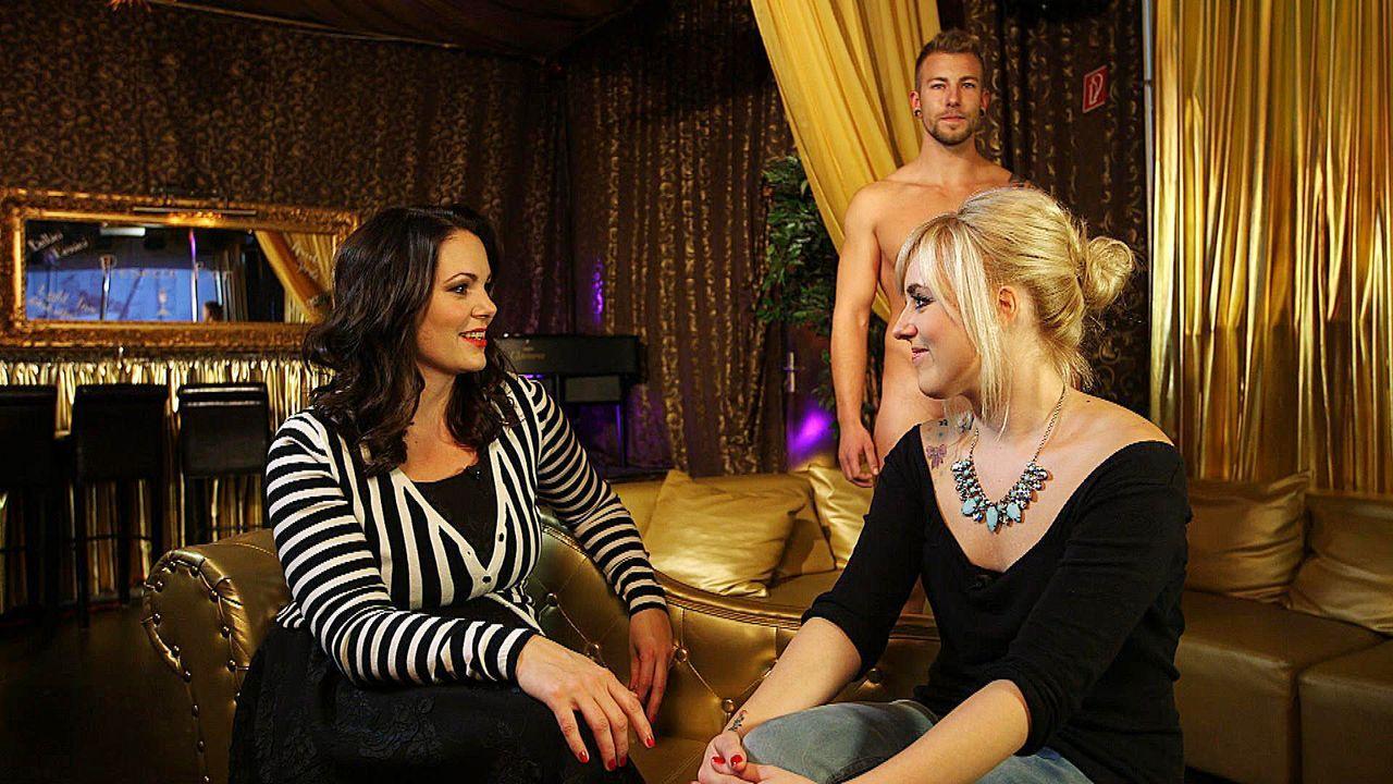 Paula Lambert (l.) trifft die 26-jährige Chrissi (r.) aus München in einem Swinger Club. Thema des Abends ist der weibliche Orgasmus. - Bildquelle: sixx