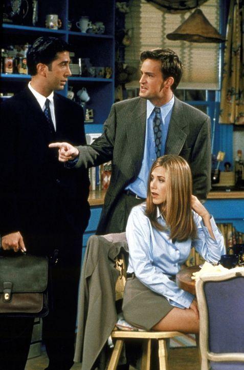 Chandler (Matthew Perry, M.) überredet Ross (David Schwimmer, l.), als moralische Unterstützung mit ins Fitnessstudio zu kommen. Rachel (Jennifer... - Bildquelle: TM+  2000 WARNER BROS.
