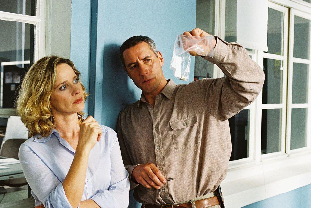 Schwerdtfeger (Ralph Herforth, r.) zeigt Michelle Eisner (Ann-Kathrin Kramer, l.) die Patronenhülse, die aus der Waffe stammt, mit der ein Unbekann... - Bildquelle: Sat.1