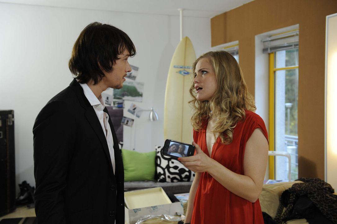 Ben (Christopher Kohn, l.) weigert sich, das Foto von Bea zu löschen. Caro (Sonja Bertram, r.) zieht daraus Konsequenzen ... - Bildquelle: SAT.1