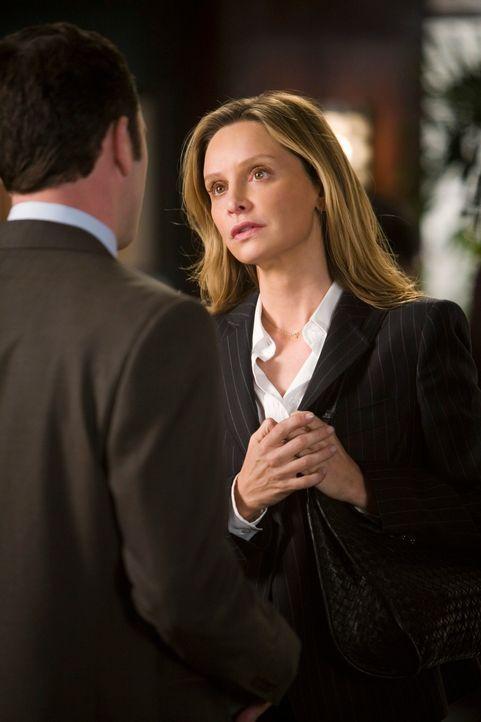 Kitty (Calista Flockhart, r.) wird den Verdacht nicht los, dass Robert ihr etwas verheimlicht ... - Bildquelle: 2008 ABC INC.
