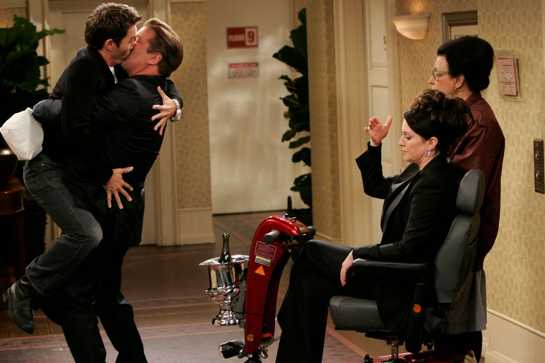 Karen (Megan Mullally, 2.v.r.) und Rosario (Shelley Morrison, r.) trauen ihren Augen kaum, als sie Will (Eric McCormack, l.) und Malcolm (Alec Baldw... - Bildquelle: NBC Productions