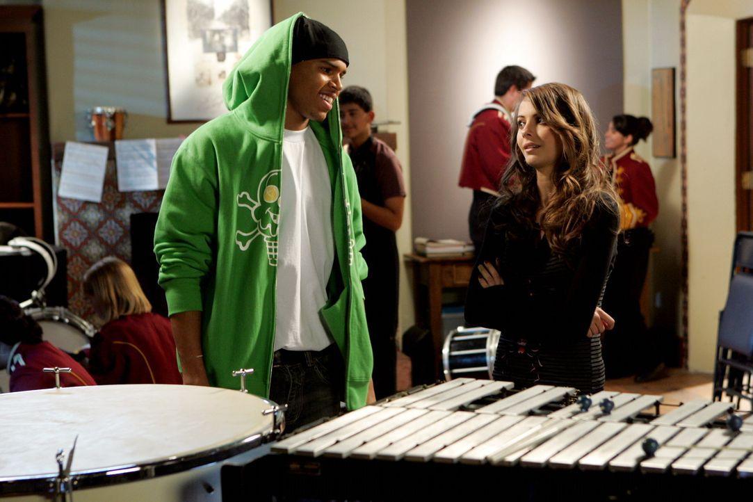 Kaitlin (Willa Holland, r.) hofft, dass sie Will (Chris Brown, l.) dazu kriegen kann, ihre Arbeit zu machen ... - Bildquelle: Warner Bros. Television