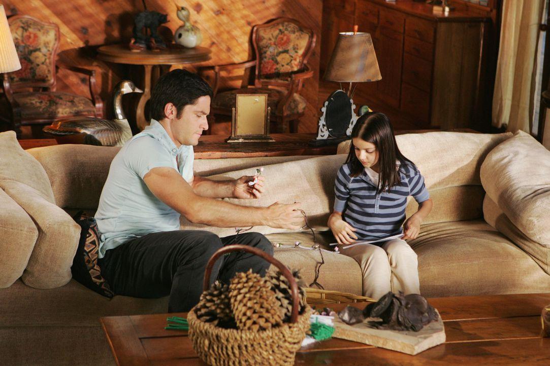 Jim (David Conrad, l.) hilft Natalie (Ariel Winter, r.) bei den Vorbereitungen für die Hochzeit ihrer Mutter ... - Bildquelle: ABC Studios