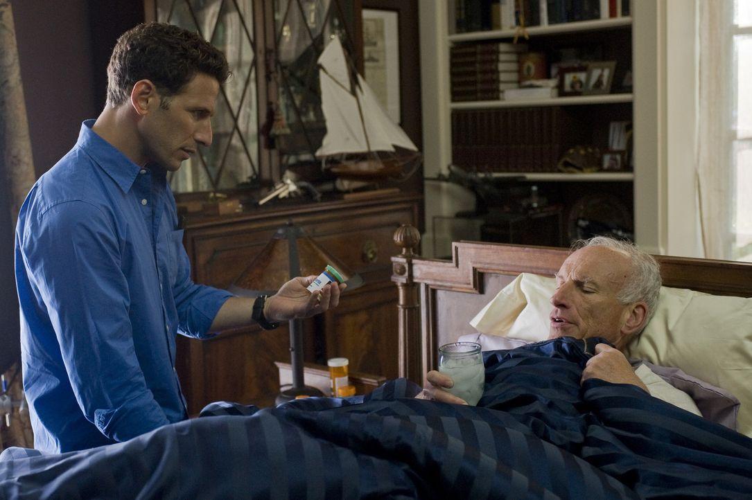 Bei einem Unfall wurde Will (James Rebhorn, r.) schwer am Bein verletzt. Ein Glück, dass Dr. Hank Lawson (Mark Feuerstein, l.) zufällig in der Nähe... - Bildquelle: Universal Studios