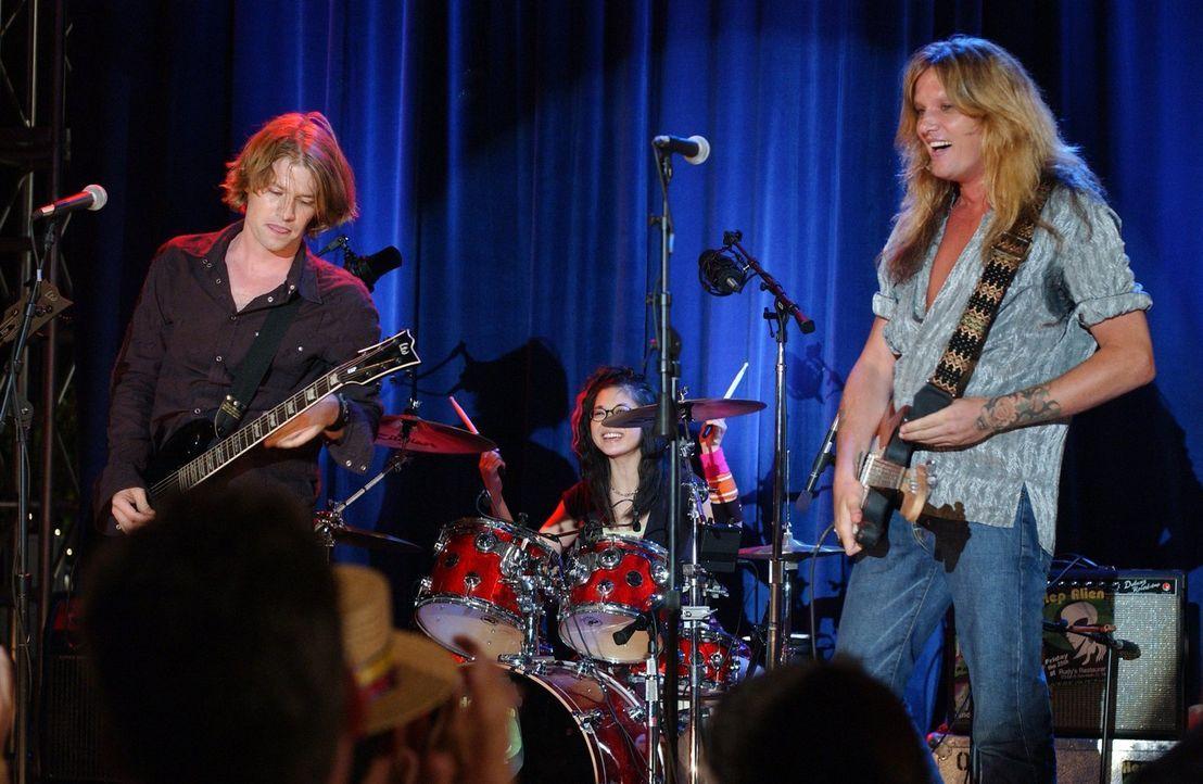 Noch genießen Lane (Keiko Agena, M.), Zack (Todd Lowe, l.) und Gil (Sebastian Bach, r.) ihren Auftritt als Rockband, doch Lanes Gefühle machen ihnen... - Bildquelle: 2004 Warner Bros.