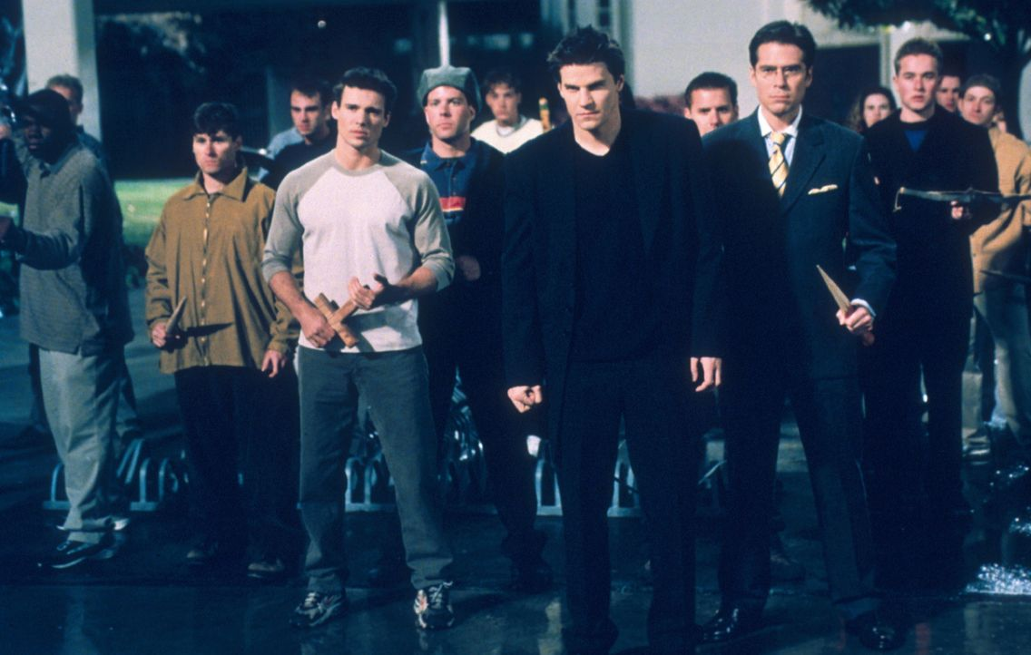 Im Kampf gegen das Böse haben Wesley (Alexis Denisof, 2.v.r.) und Angel (David Boreanaz, 3.v.r.) die Schüler der Sunnydale High-School hinter sich. - Bildquelle: TM +   2000 Twentieth Century Fox Film Corporation. All Rights Reserved.