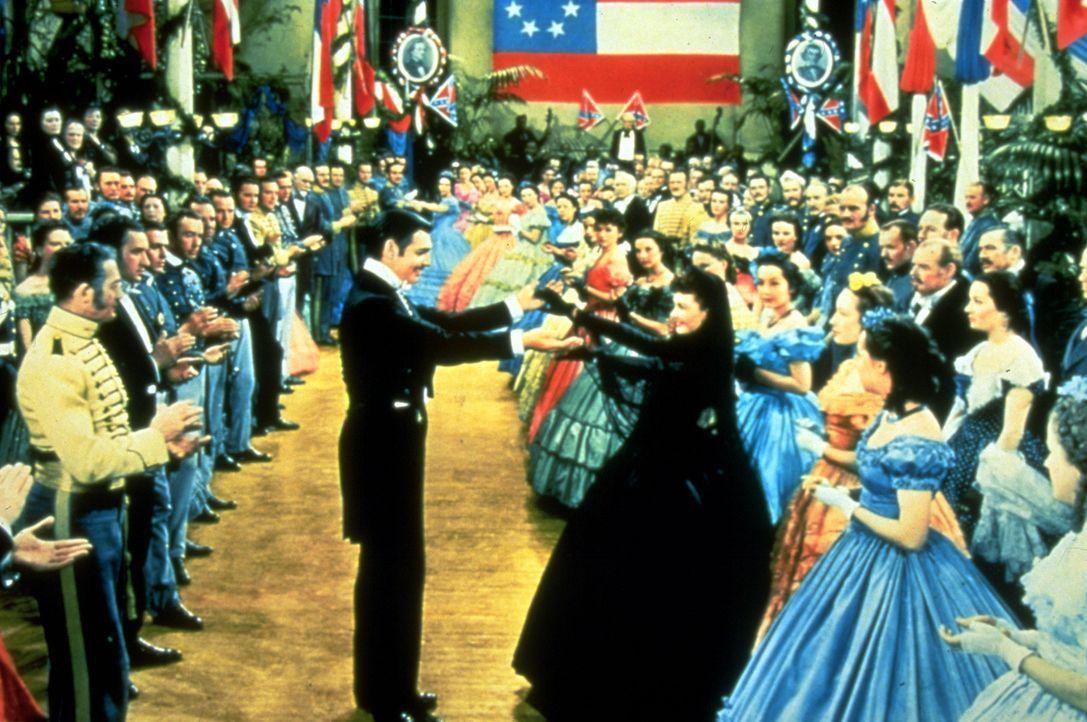 Immer wieder treffen Rhett Butler (Clark Gable, Mitte l.) und die eigensinnige Scarlett (Vivien Leigh, Mitte r.) aufeinander, doch die junge Frau er... - Bildquelle: Metro-Goldwyn-Mayer (MGM)