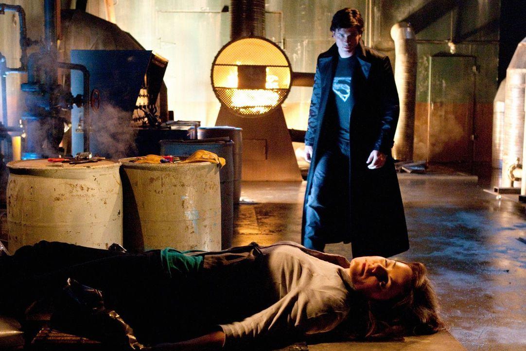 Lois (Erica Durance, vorne) wird schwer verletzt als sie versucht, Clark (Tom Welling, hinten) vor Metallo zu beschützen ... - Bildquelle: Warner Bros.