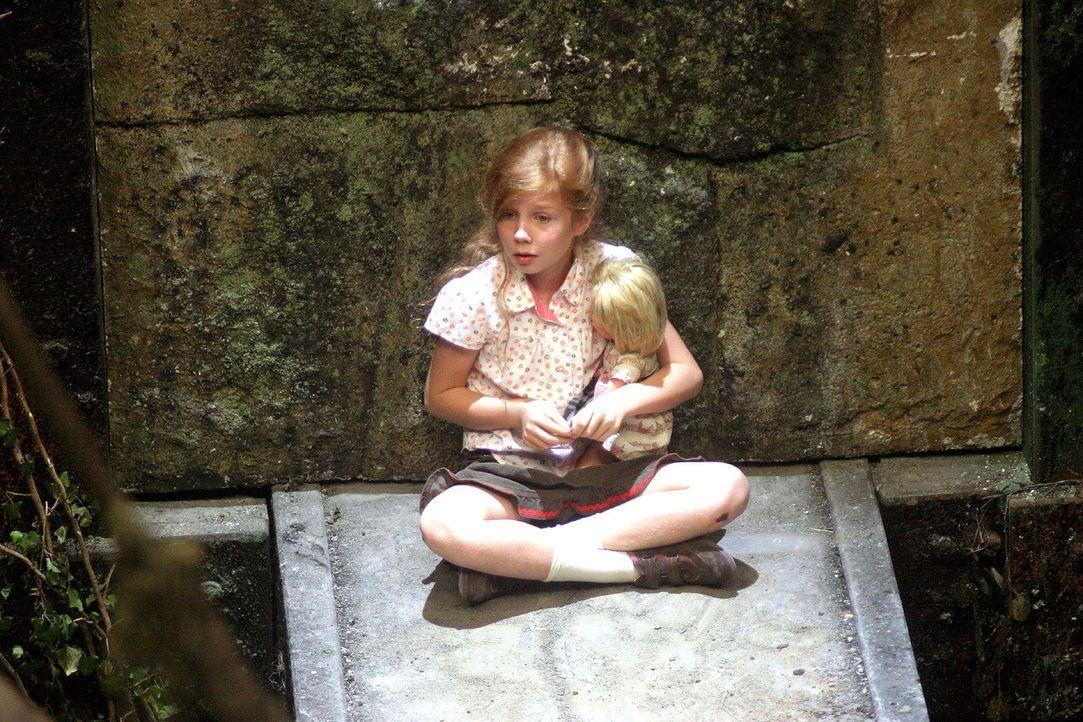 Betty (Kara Mc Sorley) setzt sich auf den Felsvorsprung und klammert sich ängstlich an ihre Puppe Lena. - Bildquelle: Oktavian Cocolos Sat.1