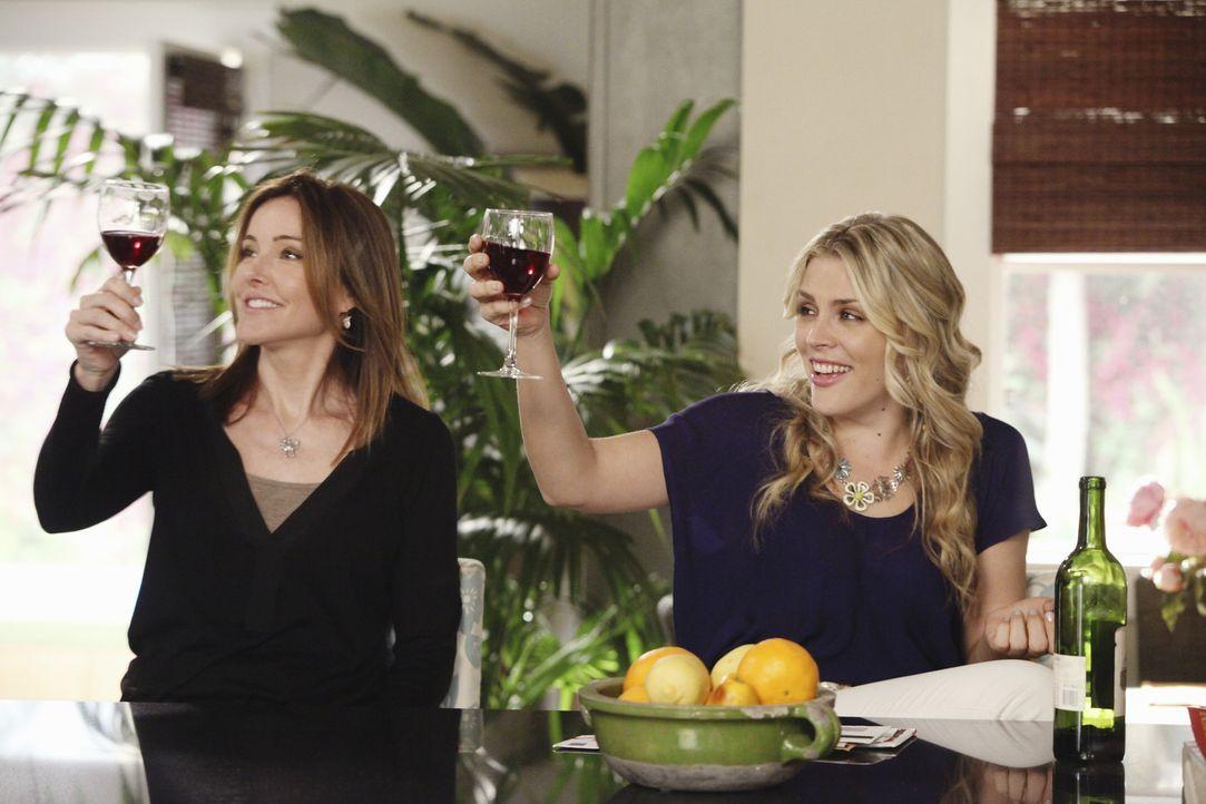 Ellie (Christa Miller, l.) und Grayson sind über Lauries (Busy Philipps, r.) Fähigkeiten bei einem Ratespiel äußerst überrascht ... - Bildquelle: 2010 ABC INC.