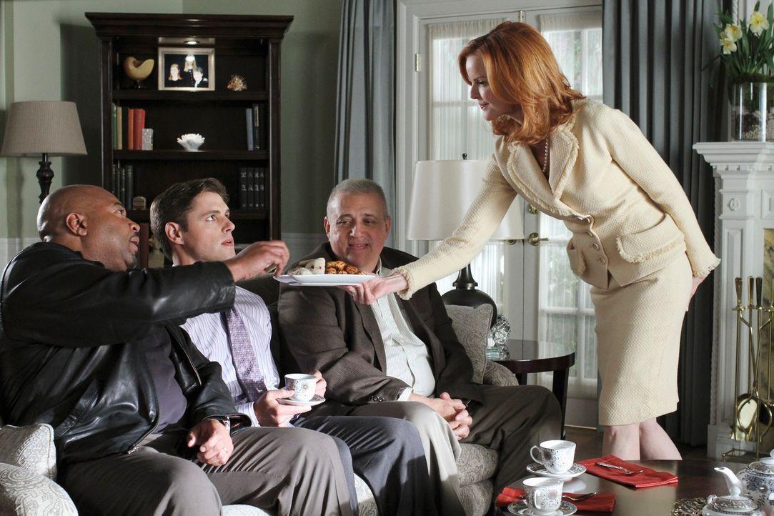 Mit Hilfe von Sergeant Clemente (David Reivers, l.) und Detective Turner (Vic Polizos, 2.v.r.) versucht Bree (Marcia Cross, r.), Sam (Sam Page, 2.v.... - Bildquelle: ABC Studios