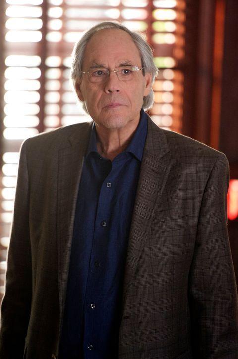 Lyle (Robert Klein) ist entsetzt, mit wem seine gute Freundin Diane in einer Beziehung ist ... - Bildquelle: David M. Russell 2013 CBS Broadcasting Inc. All Rights Reserved.