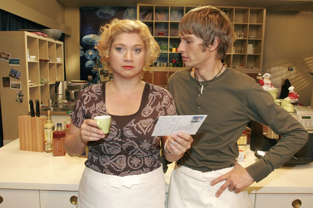 Agnes (Susanne Szell, l.) fühlt sich überrumpelt, als Boris (Matthias Rott, r.) sie zu Weihnachten mit seiner Verwandtschaft im Schwarzwald verplant... - Bildquelle: Noreen Flynn SAT.1 / Noreen Flynn