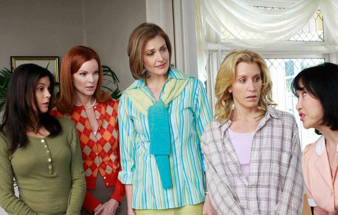 Blick in die Vergangenheit der verzweifelten Hausfrauen: Susan (Teri Hatcher, l.), Bree (Marcia Cross, 2.v.l.), Mary Alice (Brenda Strong, M.), Lyne... - Bildquelle: ABC Studios