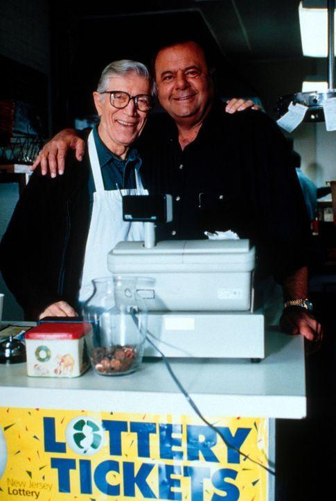 Frank (Paul Sorvino, r.) spielt mit dem Gedanken, das Restaurant von Joe (Joseph Campanella, l.) zu übernehmen ... - Bildquelle: CBS Television