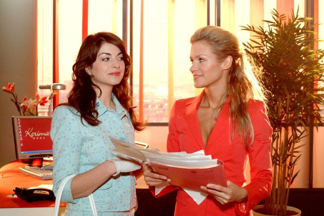 Mariella (Bianca Hein, l.) ahnt, dass hinter den Intrigen gegen Lisa Sabrina (Nina-Friederike Gnädig, r.) steckt. Doch auch sie erträgt es bald nich... - Bildquelle: Monika Schürle SAT.1 / Monika Schürle