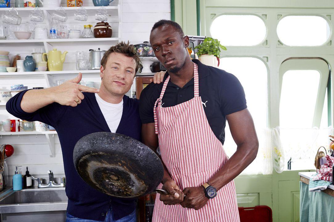 Sprinter Usain Bolt (r.) will dem Spitzenkoch Jamie (l.) zeigen, dass auch Sportler kochen können ...