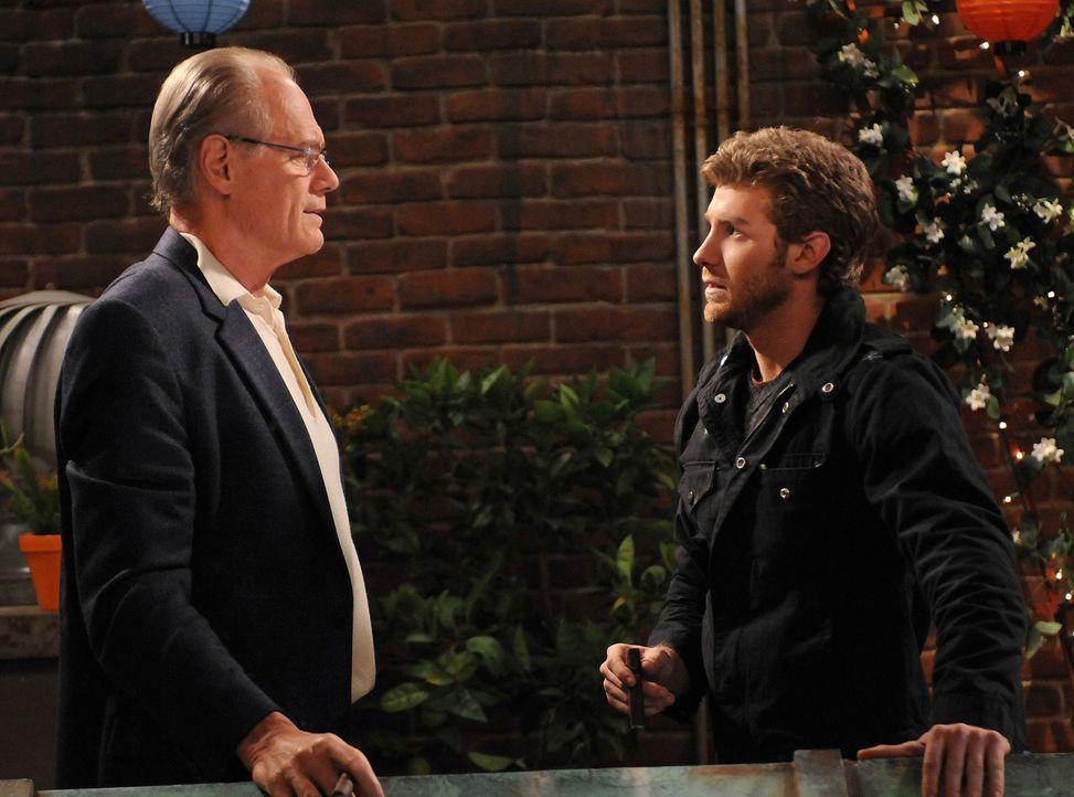 Zack (Jon Foster, r.) versucht bei Billies Vater (Fred Dryer, l.) Eindruck zu schinden ... - Bildquelle: 2009 CBS Broadcasting Inc. All Rights Reserved