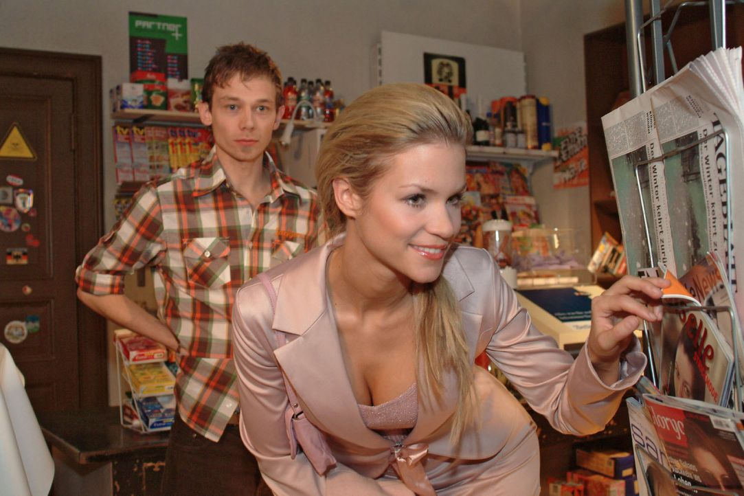 Sabrina (Nina-Friederike Gnädig, r.) kann nicht glauben, dass Jürgen (Oliver Bokern, l.) und Lisa verlobt sind und besucht den mit der Situation v... - Bildquelle: Sat.1