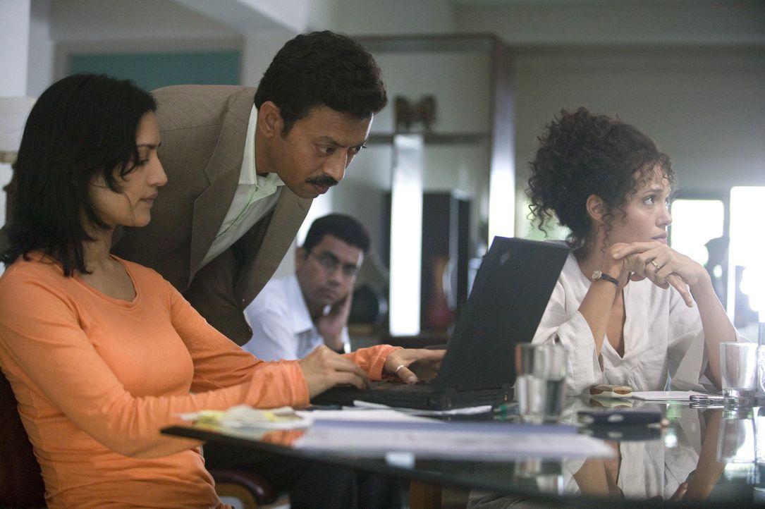 Der Captain (Irrfan Khan, M.) will Asra (Archie Panjabi, l.) helfen, Mariane Pearls (Angelina Jolie, r.) Mann aus den Fängen der Terroristen zu bef... - Bildquelle: 2012 BY PARAMOUNT VANTAGE, A DIVISION OF PARAMOUNT PICTURES. ALL RIGHTS RESERVED