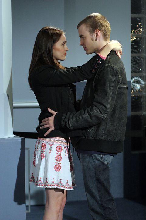 Simon (David Gallagher, r.) und seine neue Freundin Rose (Sarah Thompson, l.) kommen für einen Überraschungsbesuch nach Glenoak. Ihre Beziehung zuei... - Bildquelle: The WB Television Network
