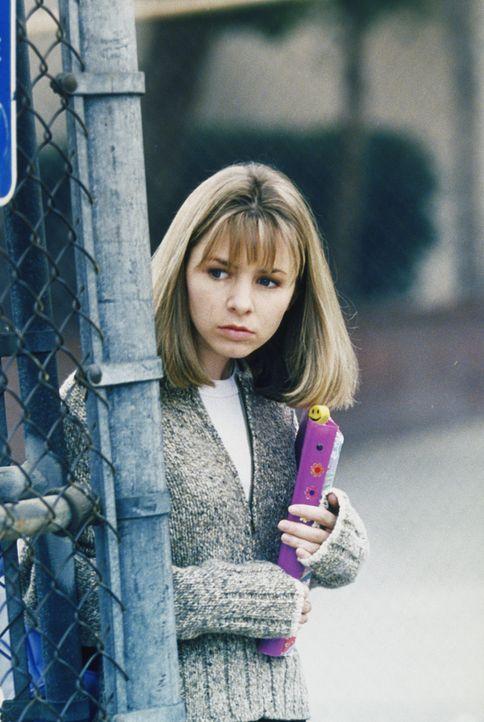 Lucy (Beverly Mitchell) sieht zufällig, wie ihr Ex-Freund Jimmy Moon mit einem Drogendelikt in Verbindung gebracht wird ... - Bildquelle: The WB Television Network