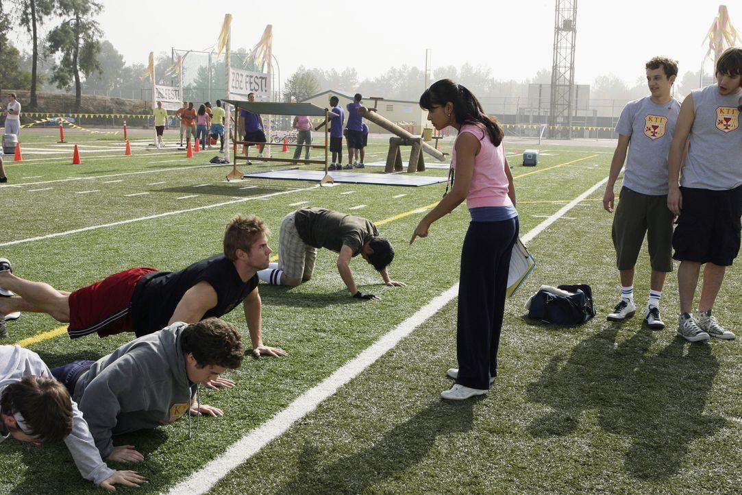 Rebecca (Dilshad Vadsaria, 3.v.r.) bereitet die Jungs auf den Wettbewerb vor und lässt keine Schwäche zu ... - Bildquelle: ABC Family