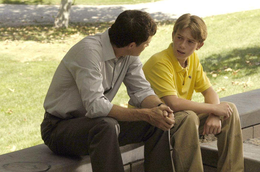Austin (Richie Tanner, r.), Nicoles Sohn, erfährt, dass sein Gesicht verändert werden soll. Doch das will er auf keinen Fall. Sean (Dylan Walsh, l... - Bildquelle: TM and   2005 Warner Bros. Entertainment Inc. All Rights Reserved.