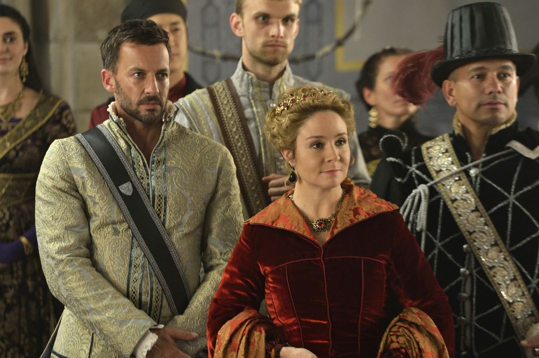 Lord Narcisse (Craig Parker, l.) sucht in Catherine (Megan Follows, r.) eine Verbündete im Kampf gegen Mary ... - Bildquelle: Ben Mark Holzberg 2014 The CW Network, LLC. All rights reserved.