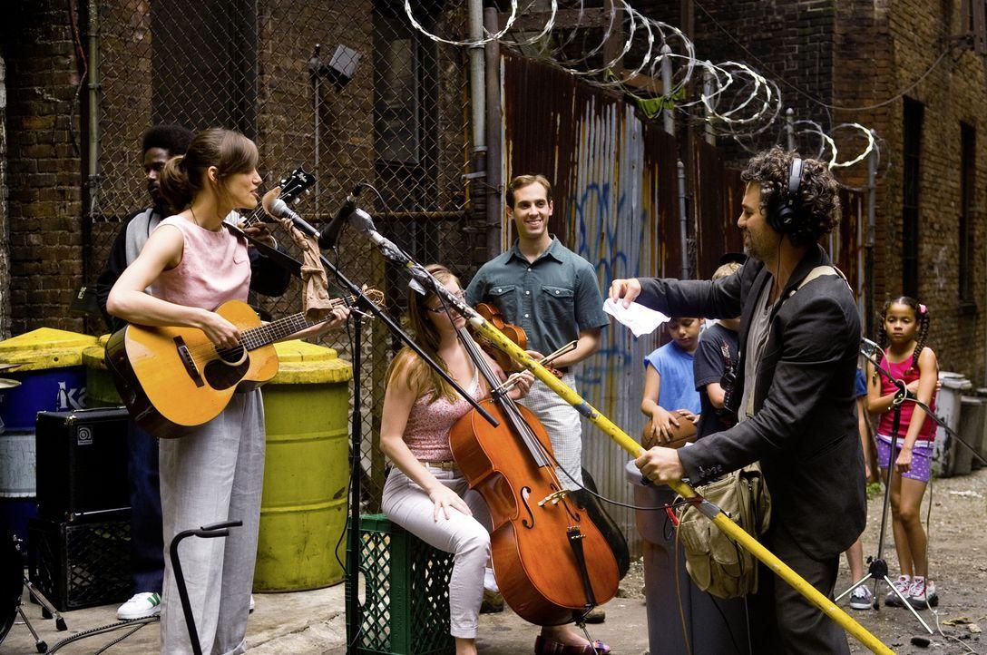 Als der strauchelnde Produzent Dan (Mark Ruffalo, r.) Gretta (Keira Knightley, l.) während eines Konzerts auf einer kleinen Bühne im New Yorker East... - Bildquelle: 2013 KILLIFISH PRODUCTIONS, INC. ALL RIGHTS RESERVED.