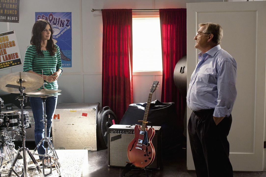 Werden Jules (Courteney Cox, l.) und ihr Vater Chick (Ken Jenkins, r.) zueinander finden? - Bildquelle: 2010 ABC INC.
