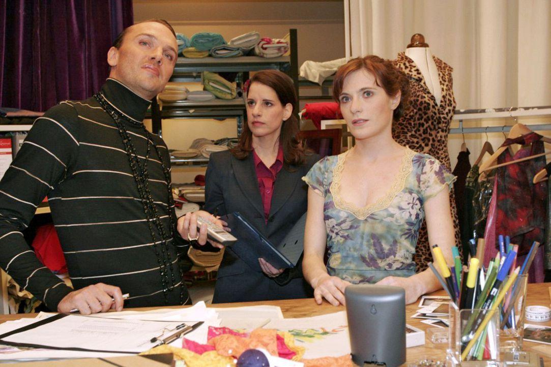 Inka (Stefanie Höner, M.) missfällt, dass Britta (Susanne Berckhemer, r.) und Hugo (Hubertus Regout, l.) so gut miteinander zurechtkommen. - Bildquelle: Sat.1