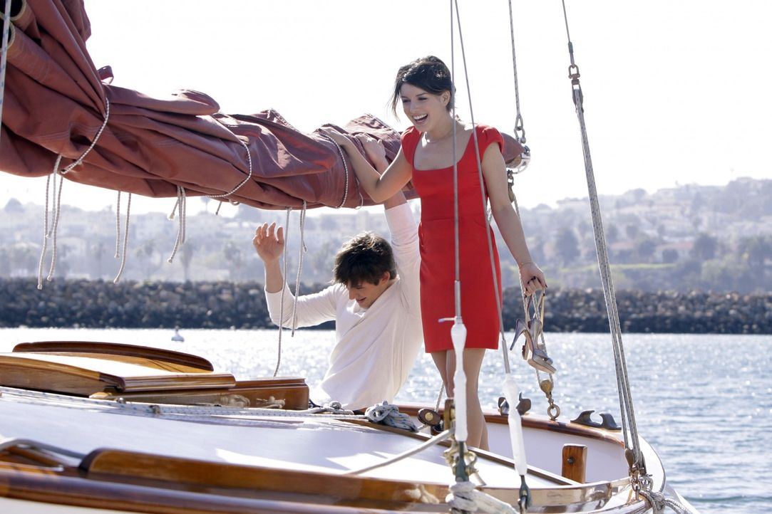 Noch ahnen Liam (Matt Lanter, l.) und Annie (Shenae Grimes, r.) nicht, dass sie gleich attackiert werden... - Bildquelle: TM &   CBS Studios Inc. All Rights Reserved