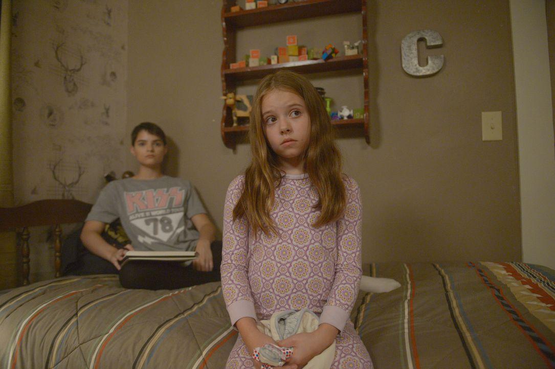 Verity (Brianna Hildebrand, l.) und Grace (Amélie Eve, r.) gefällt es nicht auf Anhieb, dass ein neues Mädchen in die Familie kommen soll ... - Bildquelle: 2017 Fox and its related entities.  All rights reserved.