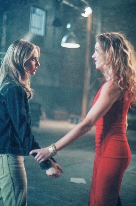 Buffy (Sarah Michelle Gellar, l.) begegnet ihrer neuen Feindin Glory (Clare Kramer, r.) ... - Bildquelle: TM +   2000 Twentieth Century Fox Film Corporation. All Rights Reserved.